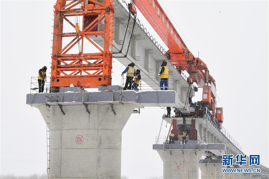 #(经济)(1)川藏铁路拉林段冒雪施工忙