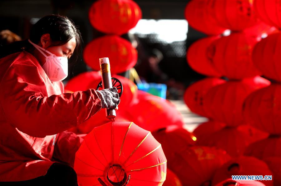 Craftsmen in Hebei busy making red lanterns as New Year approaches