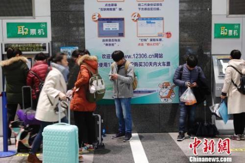 旅客在铁路上海站售票大厅排队购票。(资料照片) 殷立勤 摄