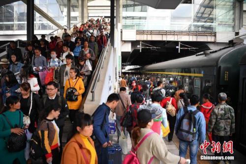资料图:2018年3月12日,旅客在昆明火车站进站乘车。<a target='_blank'  data-cke-saved-href='http://www.chinanews.com/' href='http://www.chinanews.com/'><p  align=