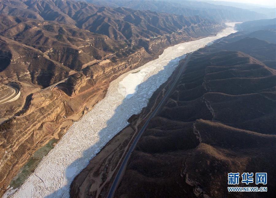"""(美丽中国)(2)""""银色巨龙""""――黄河临汾段现流凌景观"""