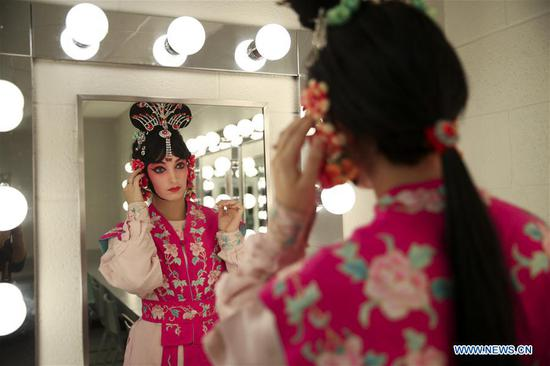 Carrie Feyerabend checks her makeup before a rehearsal at Binghamton University (BU) in Binghamton, New York State, the United States, on Nov. 15, 2018. (Xinhua/Wang Ying)