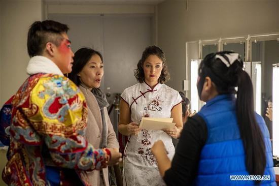 Carrie Feyerabend (2nd R) prepares with other performers before a performance at the State University of New York at Buffalo (UB) in Buffalo, New York State, the United States, on Nov. 16, 2018. (Xinhua/Wang Ying)