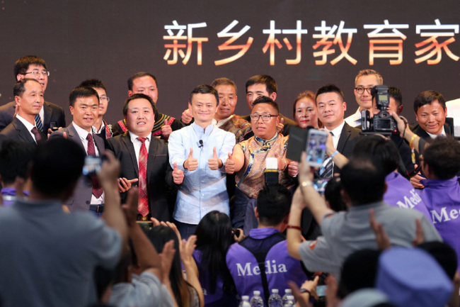 Jack Ma is surrounded by the award-winning rural headmasters in Sanya, Hainan province, January 13, 2019. [Photo provided to chinadaily.com.cn]