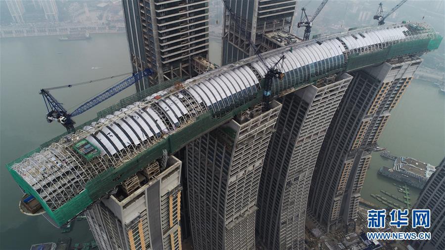 """(经济)(2)重庆来福士广场""""空中连廊""""幕墙工程合拢"""