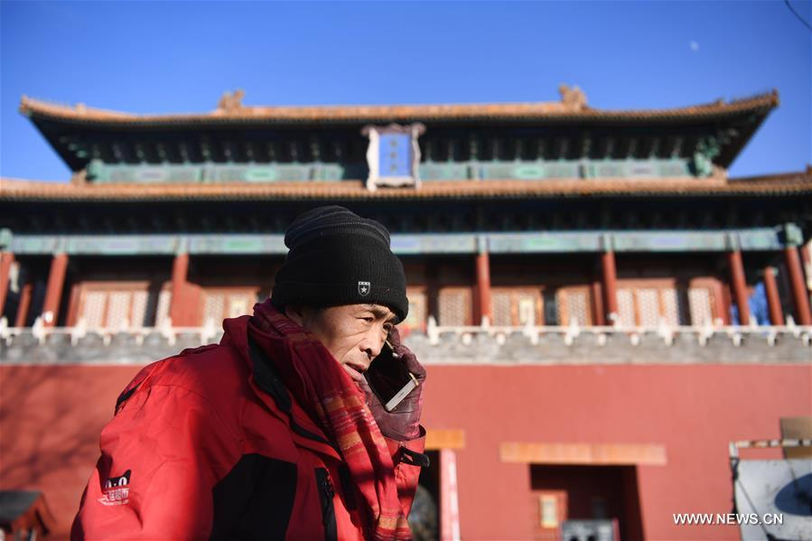 Pic story: deliveryman works in vicinity of Forbidden City