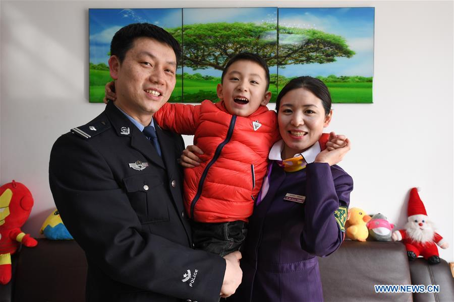 Pic story: train conductor gives her son excuse notes in China's Jiangsu