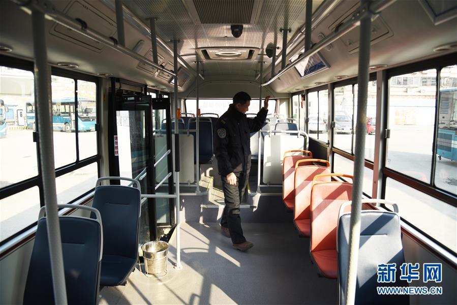 """(新春走基层)(1)一个人的山区""""扶贫公交"""""""