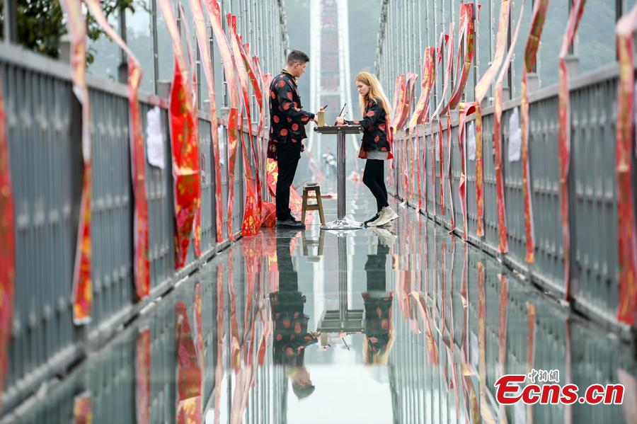 An event to welcome the Spring Festival is held on a suspended glass bridge over the Shiyan Lake in Changsha City, Hunan Province, Jan. 29, 2019. Surrounded by mountains, the lake is a popular tourist attraction. (Photo: China News Service/Yang Huafeng)