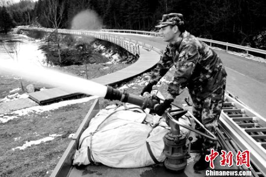 90后消防员为保护战友英勇牺牲市民自发悼念烈士(图)