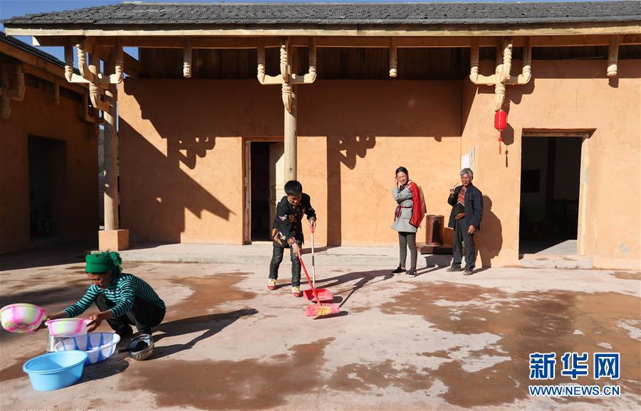 (新春走基層)(6)四川大涼山:彝族群眾熱熱鬧鬧搬新居