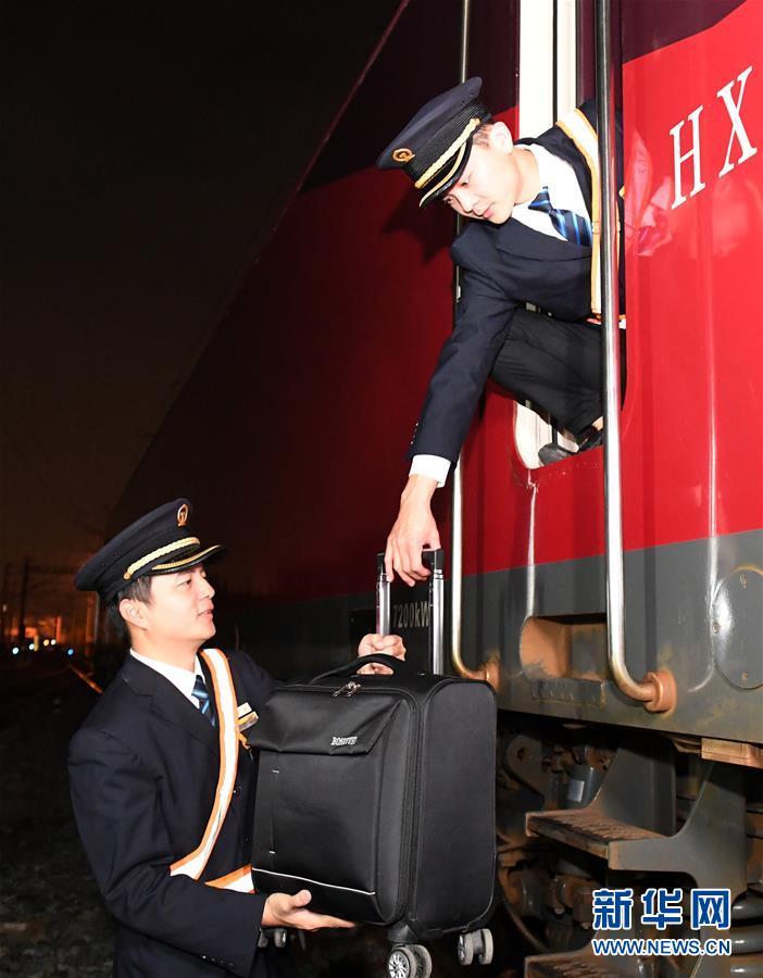 """(关注春运・图片故事)(8)穿梭深夜的高铁""""排雷人"""""""