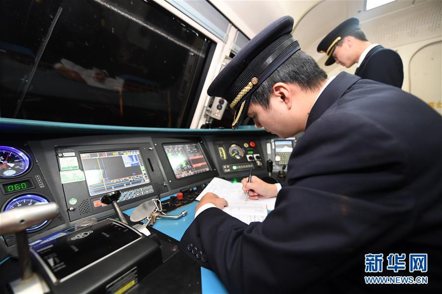 """(关注春运・图片故事)(3)穿梭深夜的高铁""""排雷人"""""""