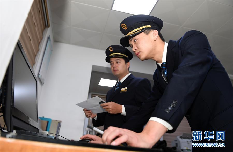 """(关注春运・图片故事)(6)穿梭深夜的高铁""""排雷人"""""""