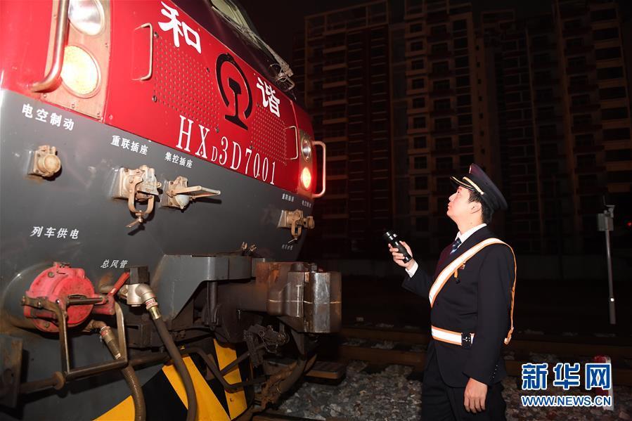 """(关注春运・图片故事)(12)穿梭深夜的高铁""""排雷人"""""""