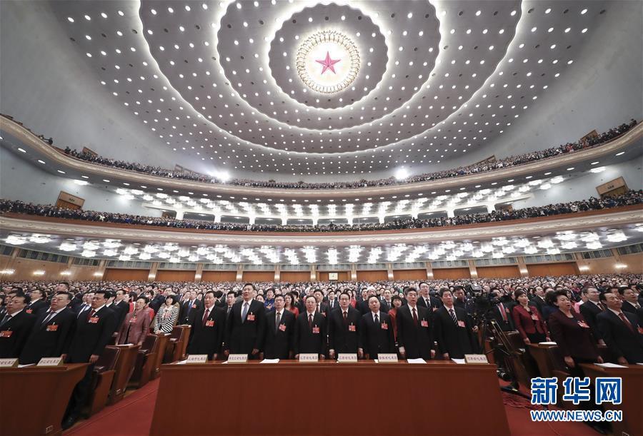 十三届全国人大二次会议在京开幕:代表高唱国歌