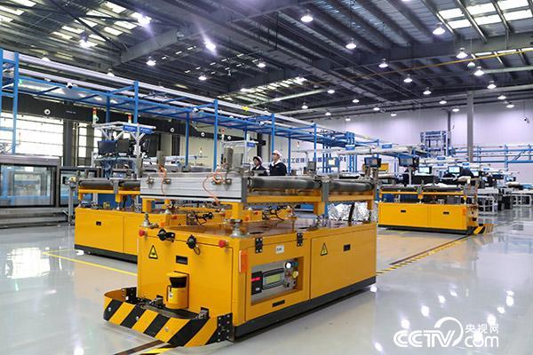 山东济南高新区的浪潮集团高端容错计算机生产基地,来回穿梭的智能AGV小车正在运输物料。