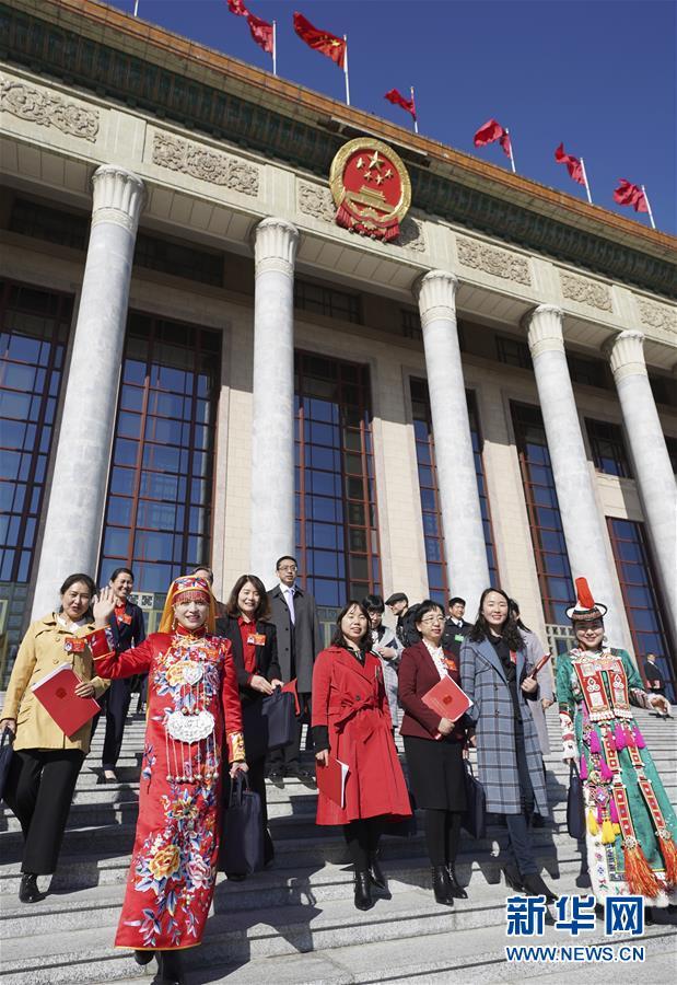 (两会・XHDW)(10)十三届全国人大二次会议在北京闭幕