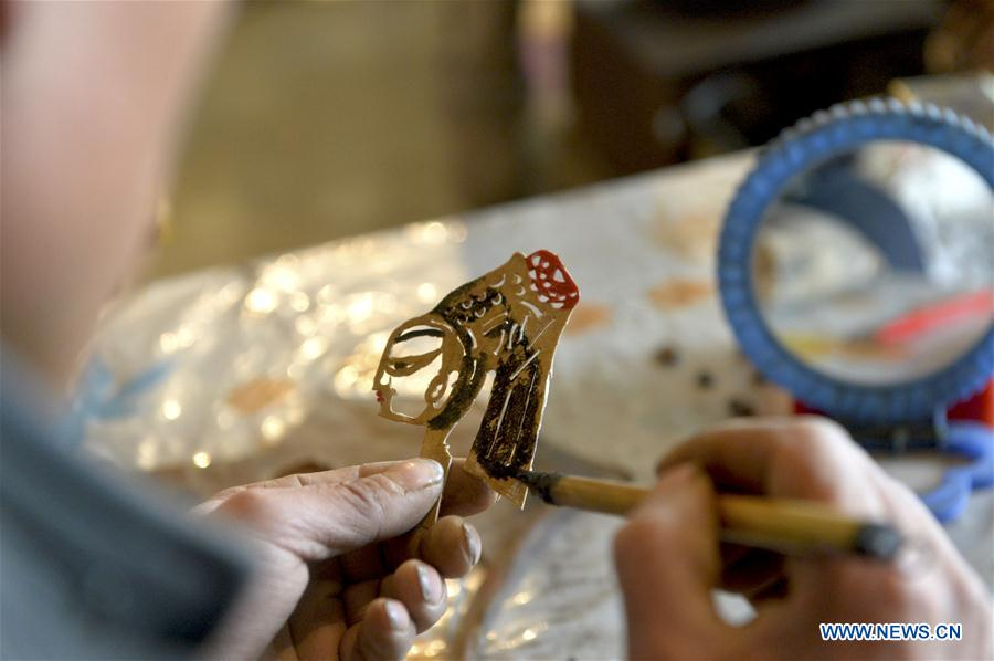 Folk artists devoted to shadow puppet promotion in NW China's Gansu