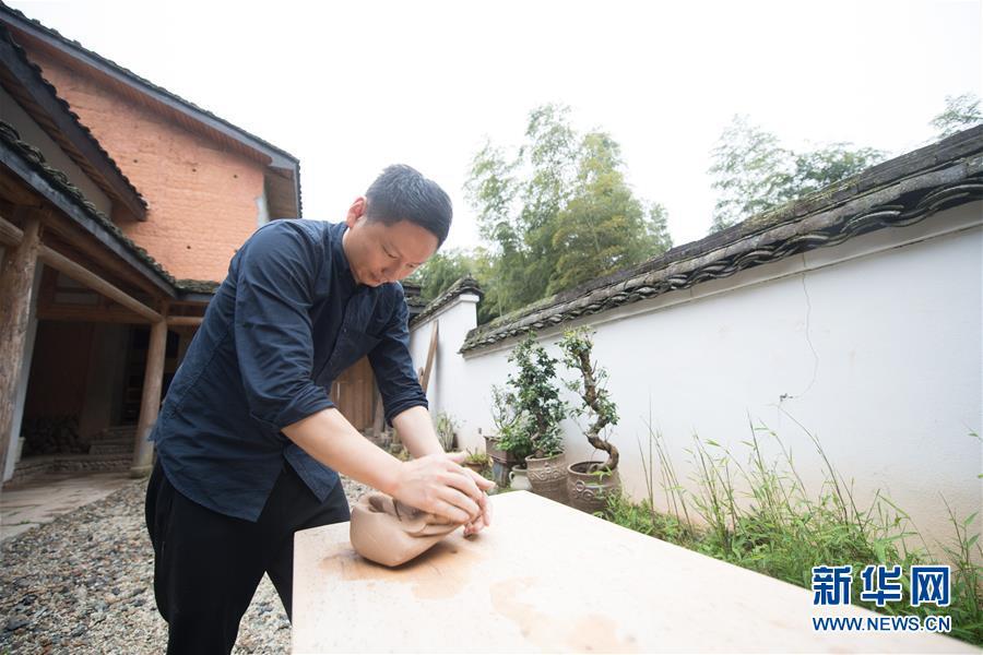 (图片故事)(2)探索古法烧制的青瓷艺人