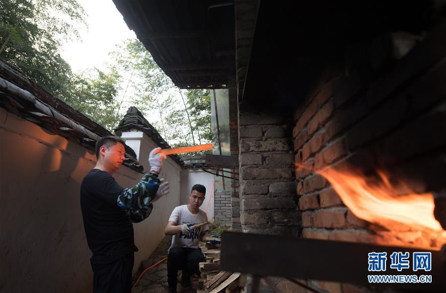 (图片故事)(5)探索古法烧制的青瓷艺人