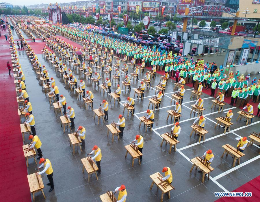 Craftsmen demonstrate skills of making wooden crafts in east China's Zhejiang