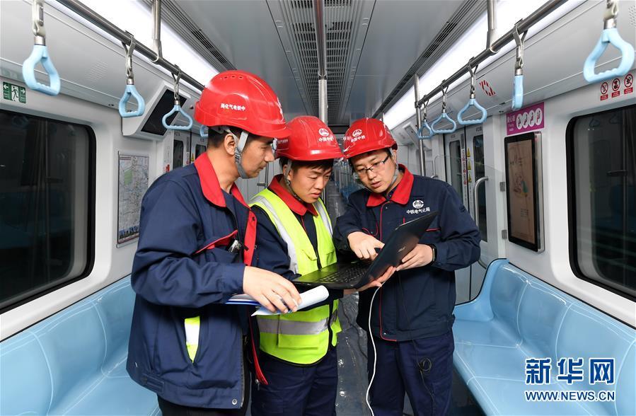 """(社会)(3)西安地铁一号线二期开始列车""""带电试跑"""""""