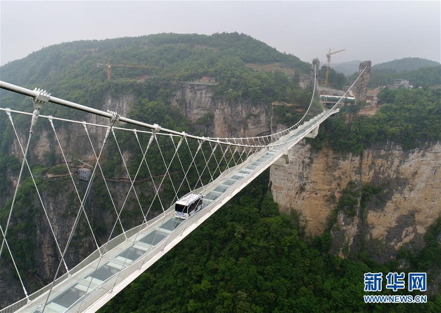 #(社會)(1)湖南張家界:5.5噸無人駕駛巴士挑戰高山峽谷玻璃橋