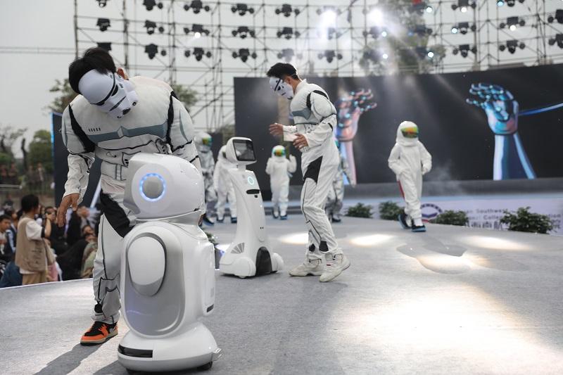 机器人同台走秀 高校晚会尽现科技之光