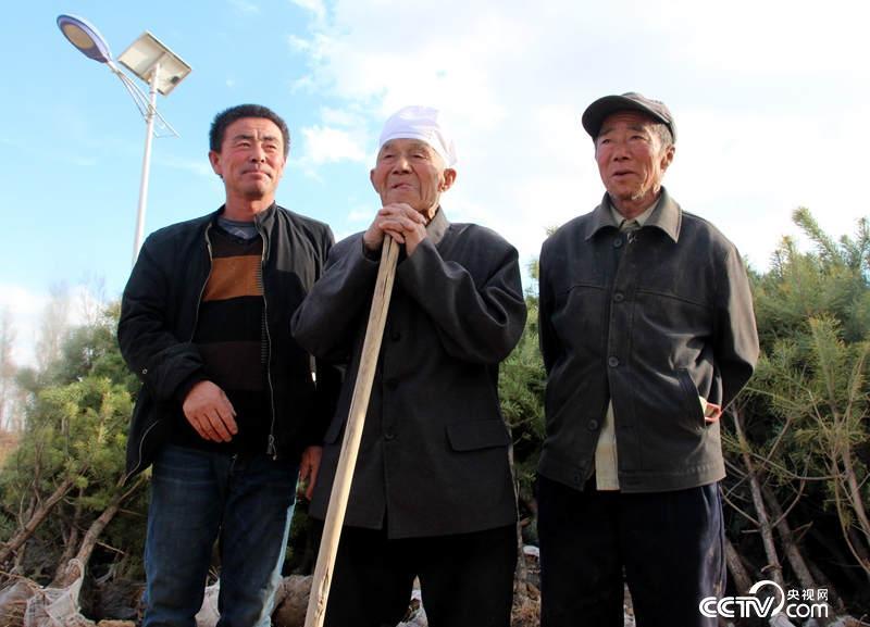 98岁的治沙英雄郭成旺(中间)一家四代人坚持治沙(记者 王甲铸 摄)