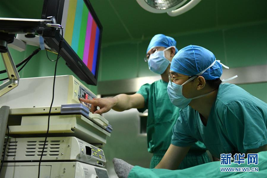 #(社会)(4)河北石家庄:妇产医院里的男护士