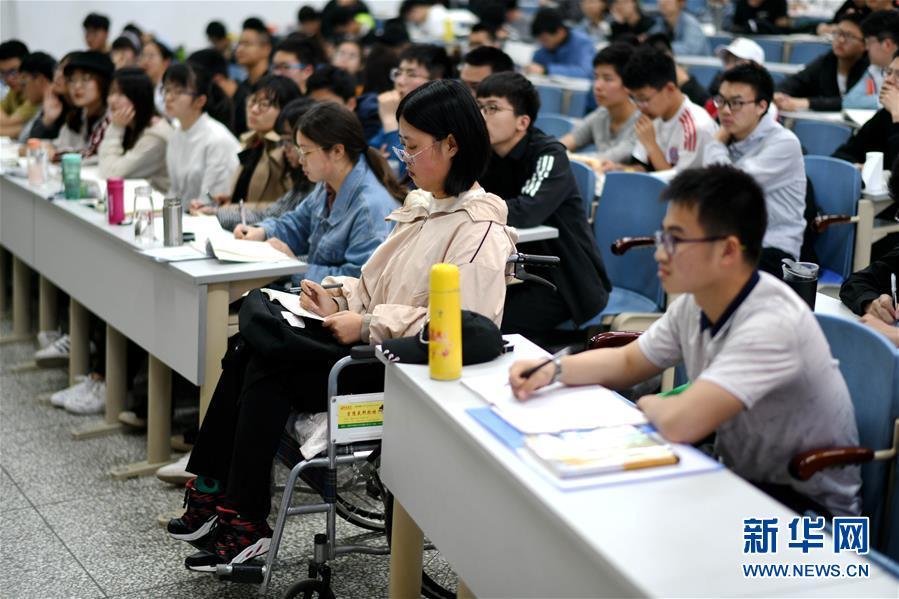 (图片故事)(1)哈尔滨:轮椅上的女大学生