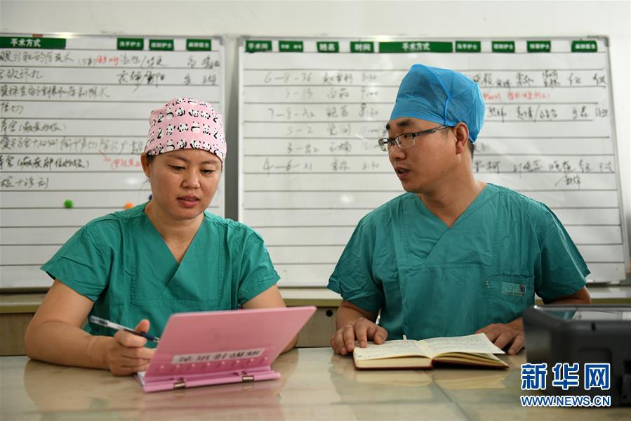 #(社会)(2)河北石家庄:妇产医院里的男护士