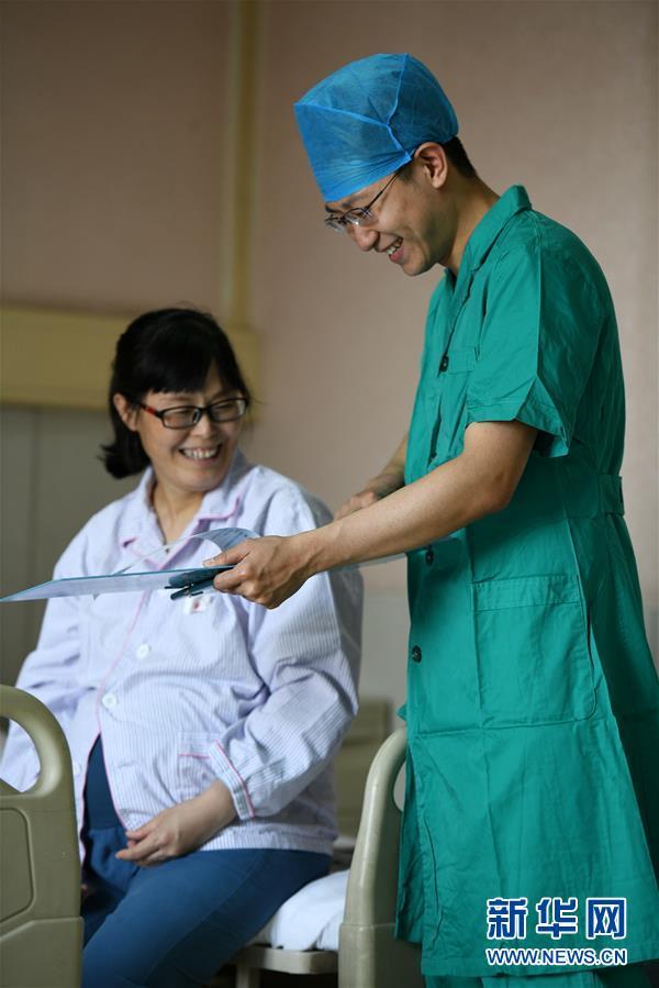 #(社会)(3)河北石家庄:妇产医院里的男护士