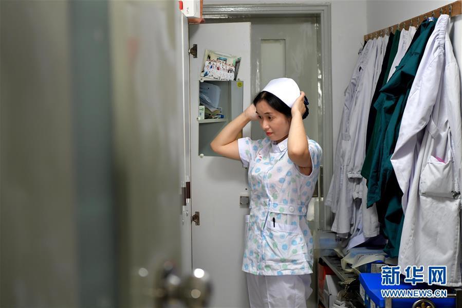 """(图片故事)(1)新生儿监护室里的""""代理妈妈"""""""