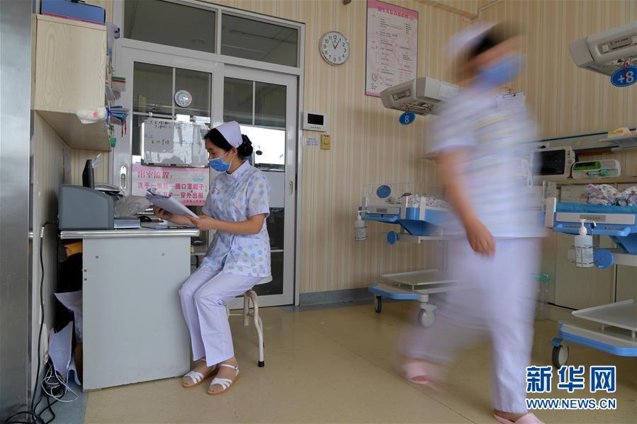 """(图片故事)(7)新生儿监护室里的""""代理妈妈"""""""