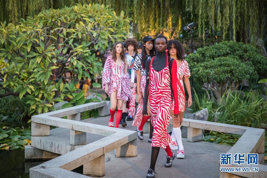 (国际)(1)澳大利亚时装周――中国花园里的时装秀