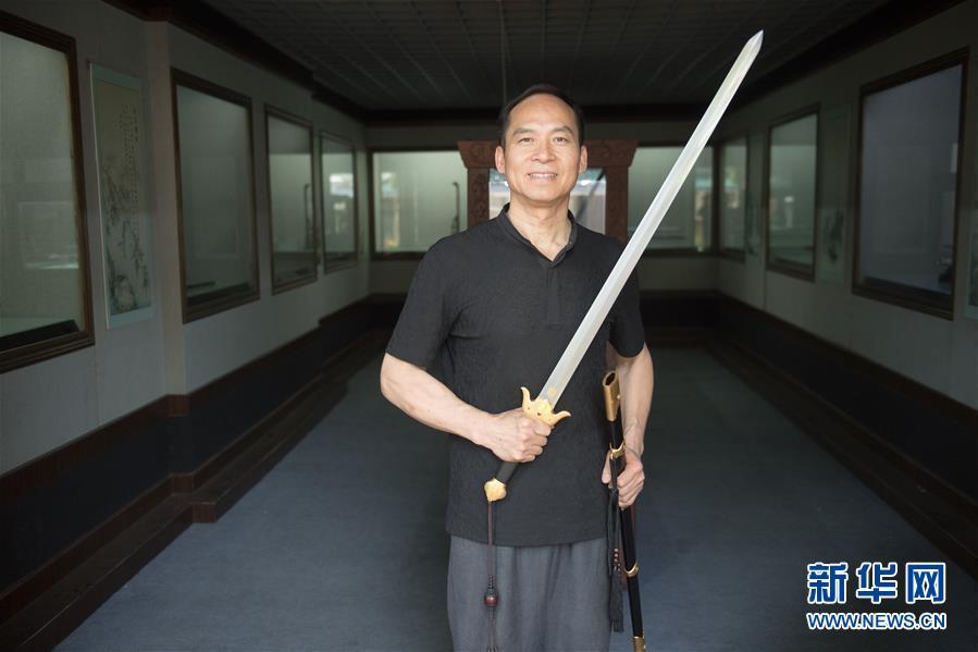 (图片故事)(1)铸剑如人生:龙泉宝剑锻制者郑国荣