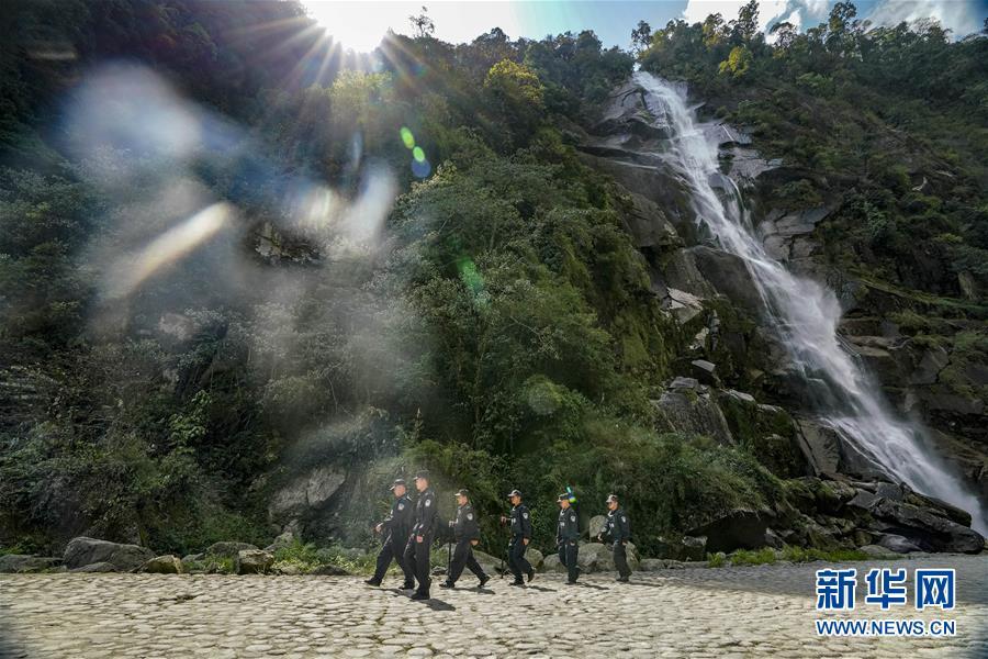 云南贡山县独龙江乡边境派出所民警在边境巡查(4月20日摄)。新华社记者 江文耀 摄