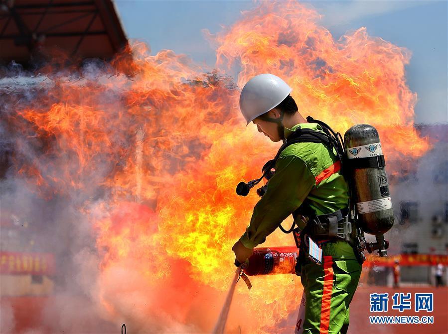 (社会)(2)上海崇明举行应急救援力量联勤技能比武
