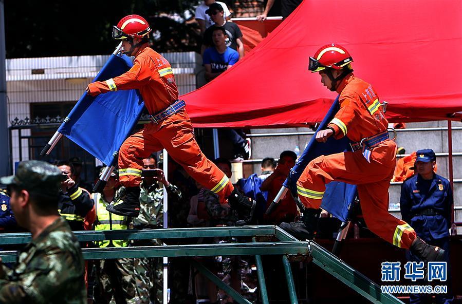 (社会)(3)上海崇明举行应急救援力量联勤技能比武