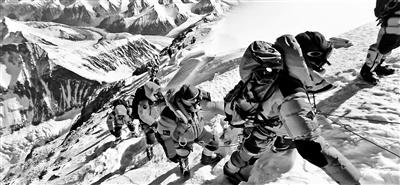 """珠峰拥堵多人丧生 在海拔8000米""""拥堵3小时"""""""