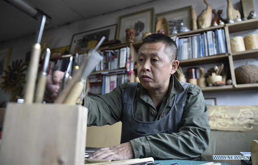 Inheritor of Huanren wood-block painting committed to promote craft in innovative way