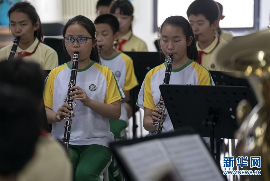 """(教育)(9)这个""""六一"""",音乐和友谊就像阳光一样"""