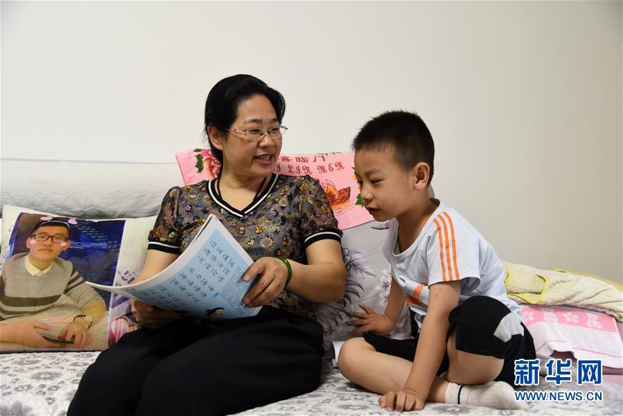 """(图片故事)(1)孤贫儿童有个""""家"""""""