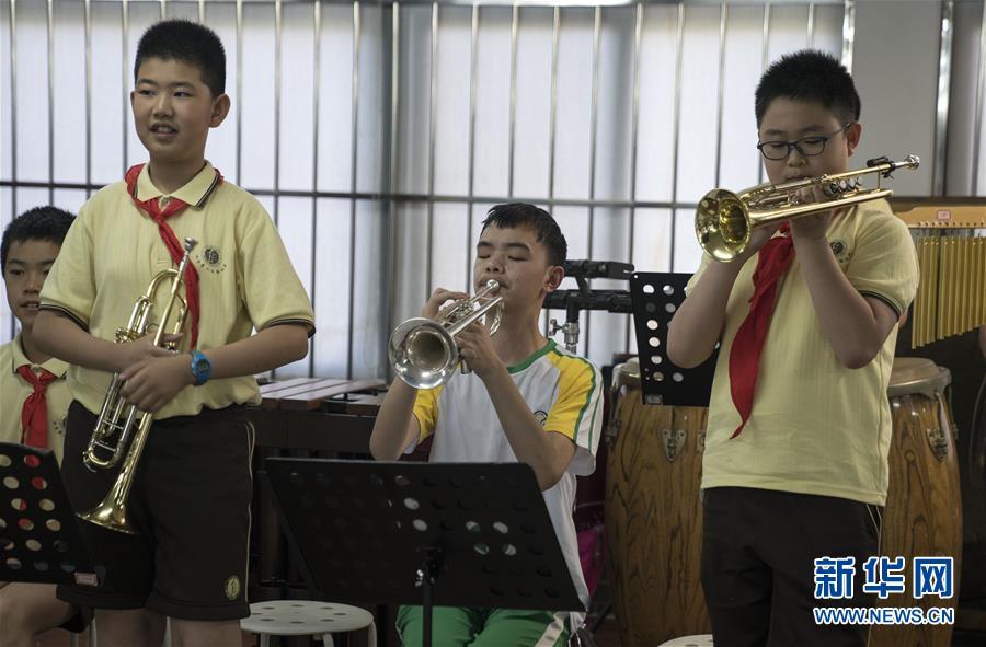 """(教育)(3)这个""""六一"""",音乐和友谊就像阳光一样"""