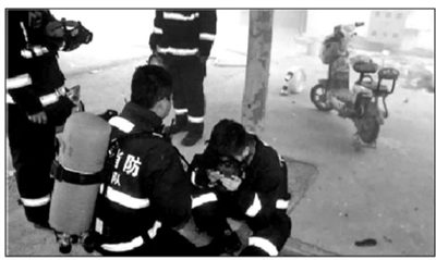 火场浓烟中消防员将面罩让给老