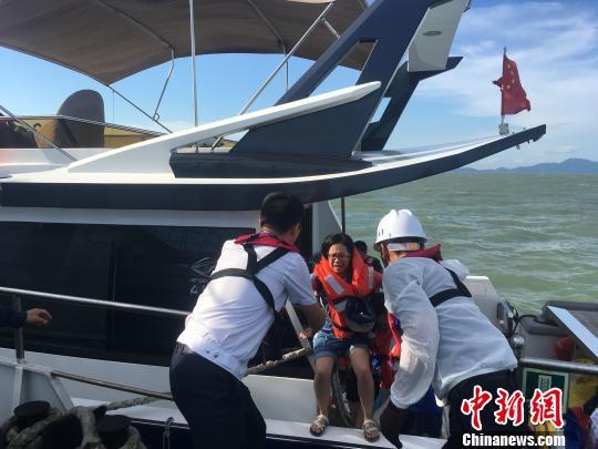 一快艇珠江口遇险海事部门救起全部12人