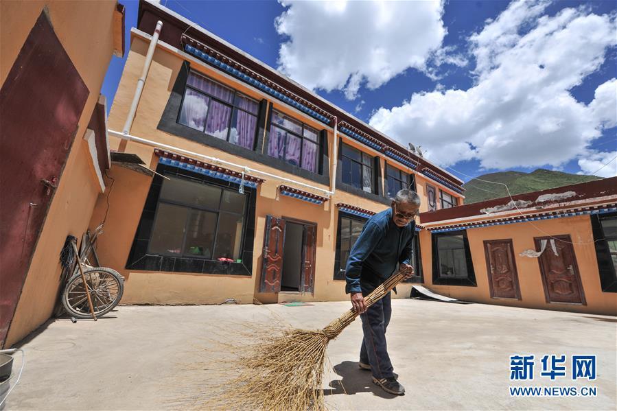 (社会)(3)牧区特色小城镇里的新生活
