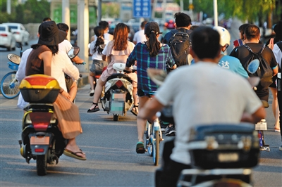 预防伤害意识较弱 骑行电动自行车未戴头盔较普遍